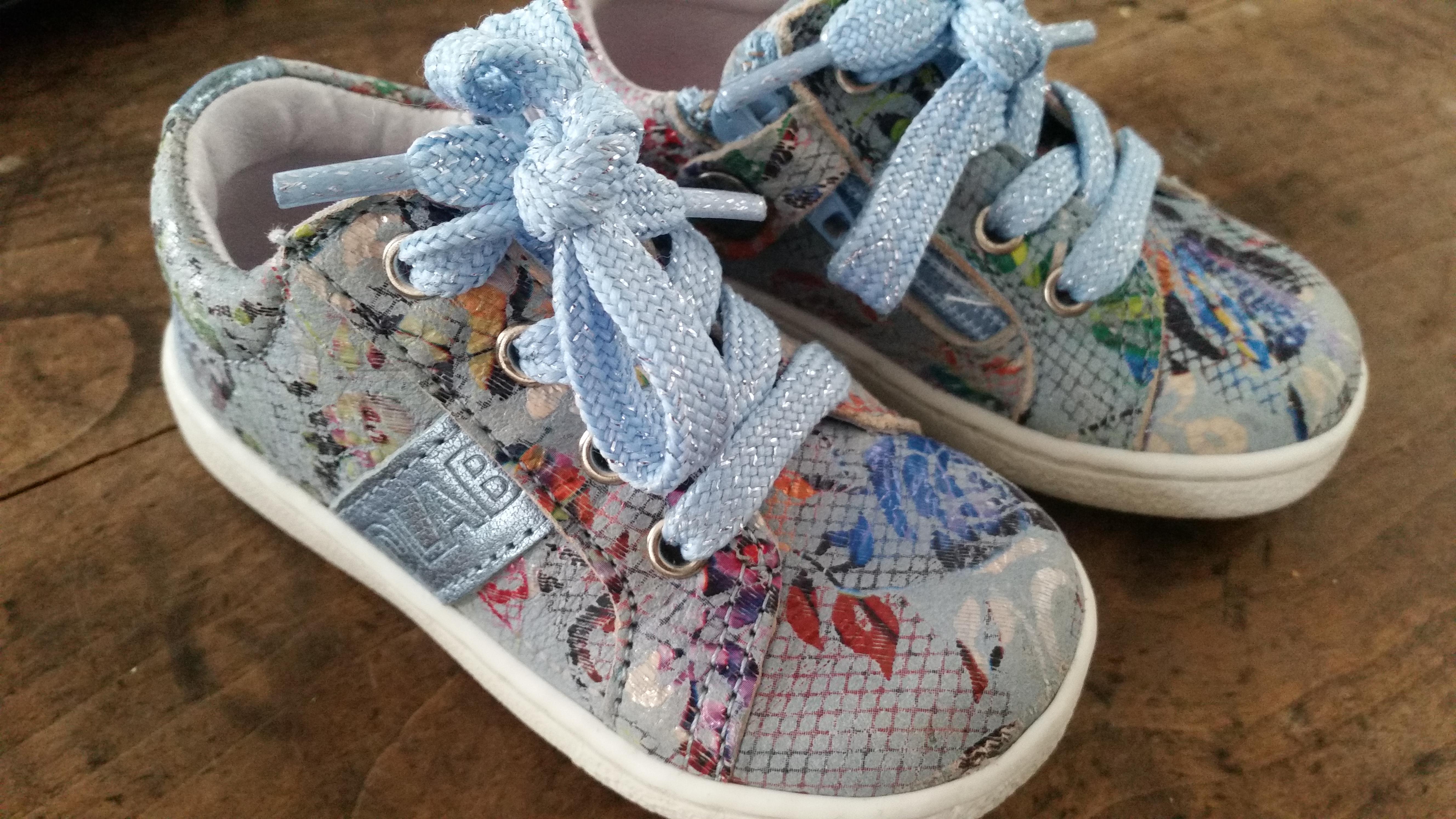 5-16-smalle-voeten-tips-devalab-shoesme-twins-schoenen-kinderen-baby-veters-rits-sluiting-eerste-schoentjes-tip-maat-leeftijd-platte-harde-zolen-wanneer-schuin