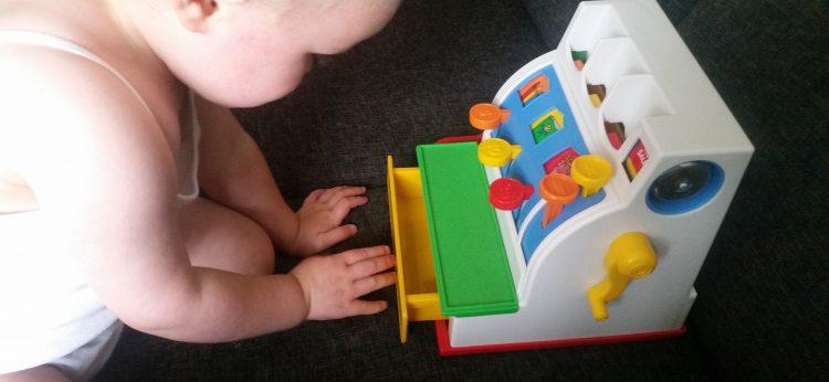 8-17-fisher-price-kassa-ouderwets-speelgoed-nostalgie-hip-kleuren-kleurrijk-speelgoed-cadeau-1-2-jaar-1-educatief-boodschappen-amsterdam-nanny-moeder-muntjes
