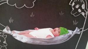 5-15-geboortpost-nola-nanny-annelon-amsterdam-gastouder-blog-geboortepost-originele-geboortekaartjes-hangmat-baby-giraffe