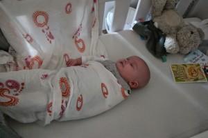 5-15-inbakeren-baby-2-maanden-rustig-slapen-wakker-armen