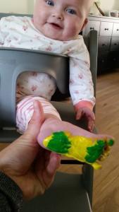 6-15-vaderdag-baby-peuter-knutselen-knutselwerkje-parkeerschijf-papa-nanny-amsterdam-gastouder-oppas-voeten-verven