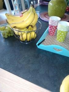7-15-trakteren-traktatie-kinderdagverblijf-peuterspeelzaal-basisschool-gezond-fruit-baby-kinderen-makkelijk-nanny-amsterdam-moeder-banaan-druiven-benodigdheden