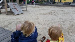 8-15-speeltuin-amsterdam-wittenburgerstraat-baby-kinderen-peuters-kleuters-bakfiets-nanny-moeder-graafmachine