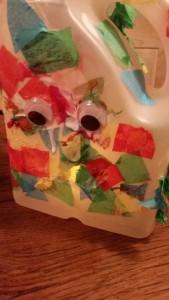 11-15-sintmaarten-lampion-lichtje-voor-op-tafel-melkkan-monster-papier-maché-knutselen-kleuter-peuter-basisschool-juf-resultaat-licht