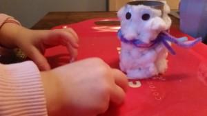 1-16-sneeuwpop-knutselen-watjes-wc-rol-nanny-moeder-mama-blog-knutselwerkje-lijm-peuter-kleuter-winter-sjaal-oogjes
