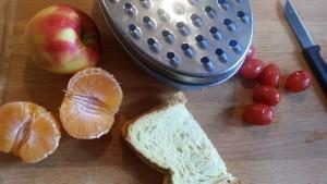 1-16-tips-snijden-voedsel-eten-voeding-baby-appel-tomaatjes-druif-tomaat-manderijn-pitjes-broodje-1-jaar-stikken-verslikken-niet