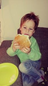 broodje hamburger - lekker snoepen aan tafel - leuk om zelf te doen - gezond en beetje snacken - peuter - jonge kinderen - nanny annelon2