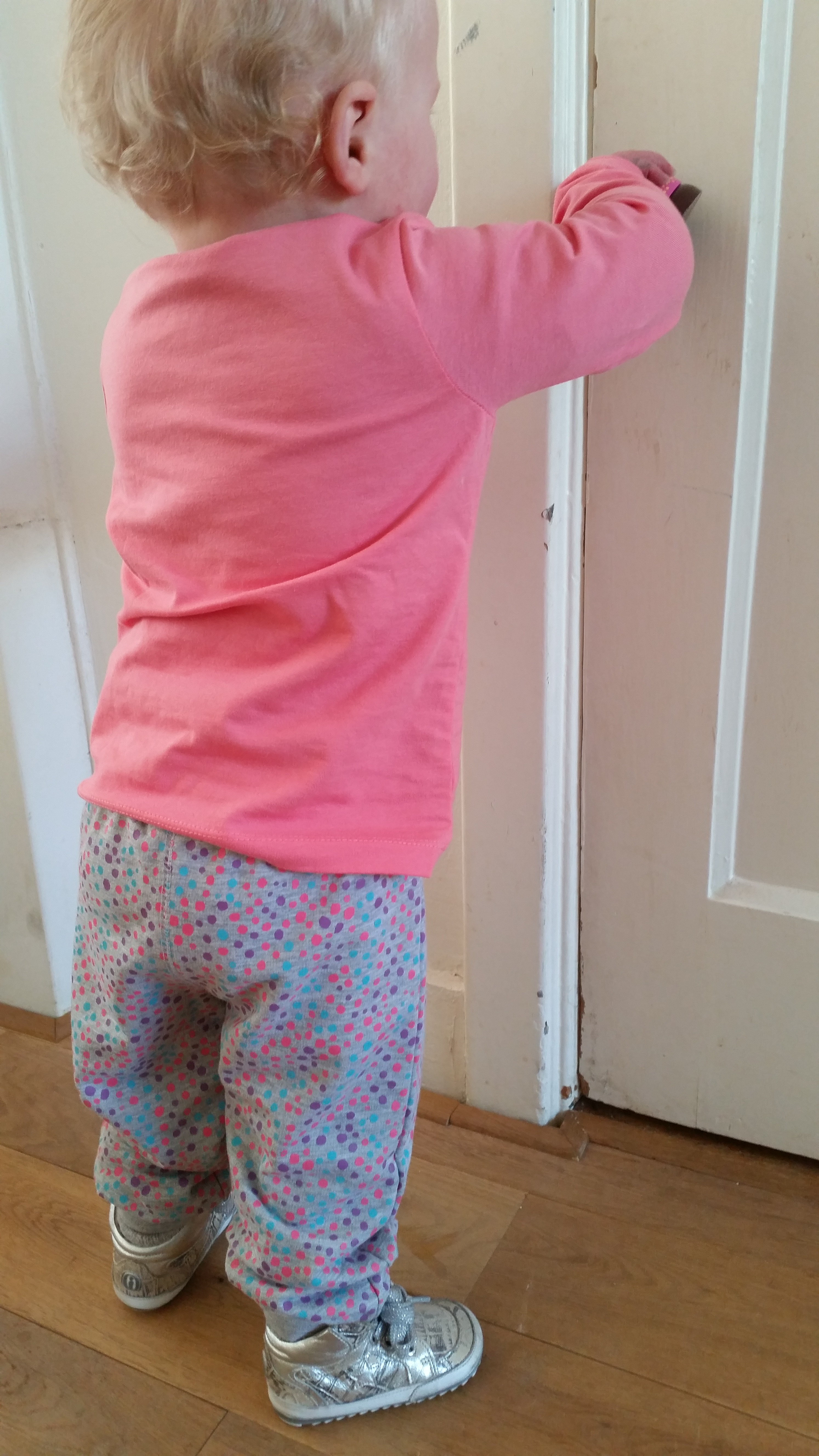 3-16-leuke-zeeman-kleding-kleren-vest-broek-joggingpak-grijs-gekleurde-stippen-vrolijk-baby-peuter-dreumes-nanny-moeder-nanny-annelon-blog-vlog-staan