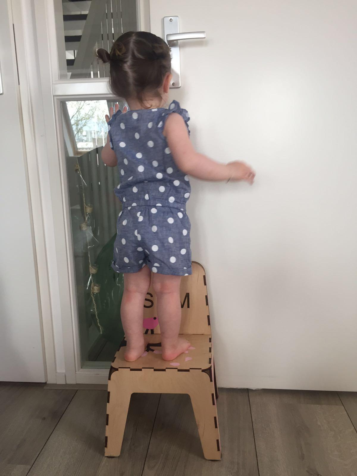 4-16-atelier-vix-stoeltje-diy-knutselen-zelf-stoel-verven-voorbeeld-nanny-moeder-creatief-klik-klak-stoeltje-staan