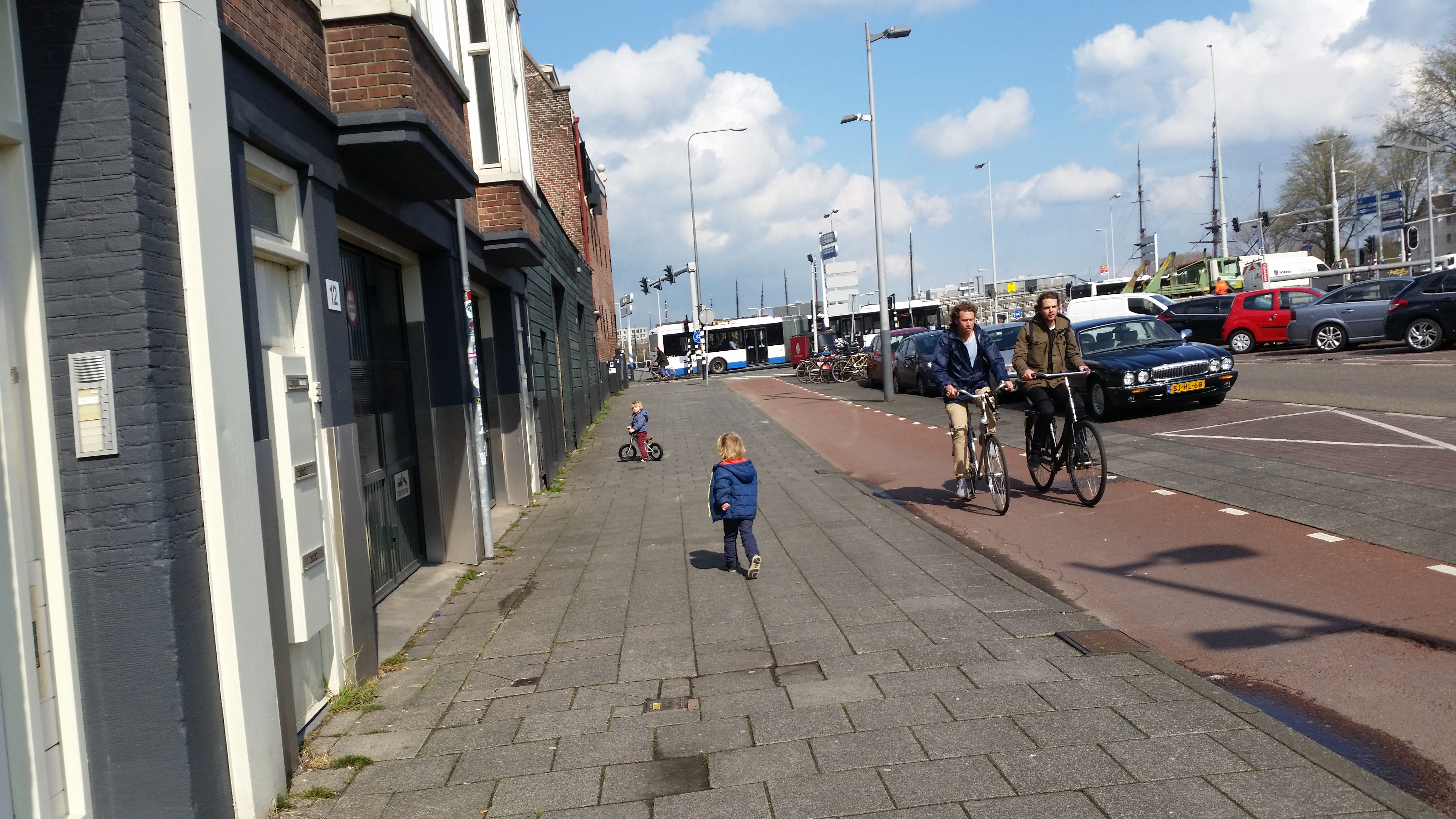 4-16-fiets-kinderwagen-onderweg-veilig-tips-tricks-ervaring-handig-jongens-meisjes-nanny-moeder-opvoeding-fietshelm-water-oversteken-stad-amsterdam-rennen