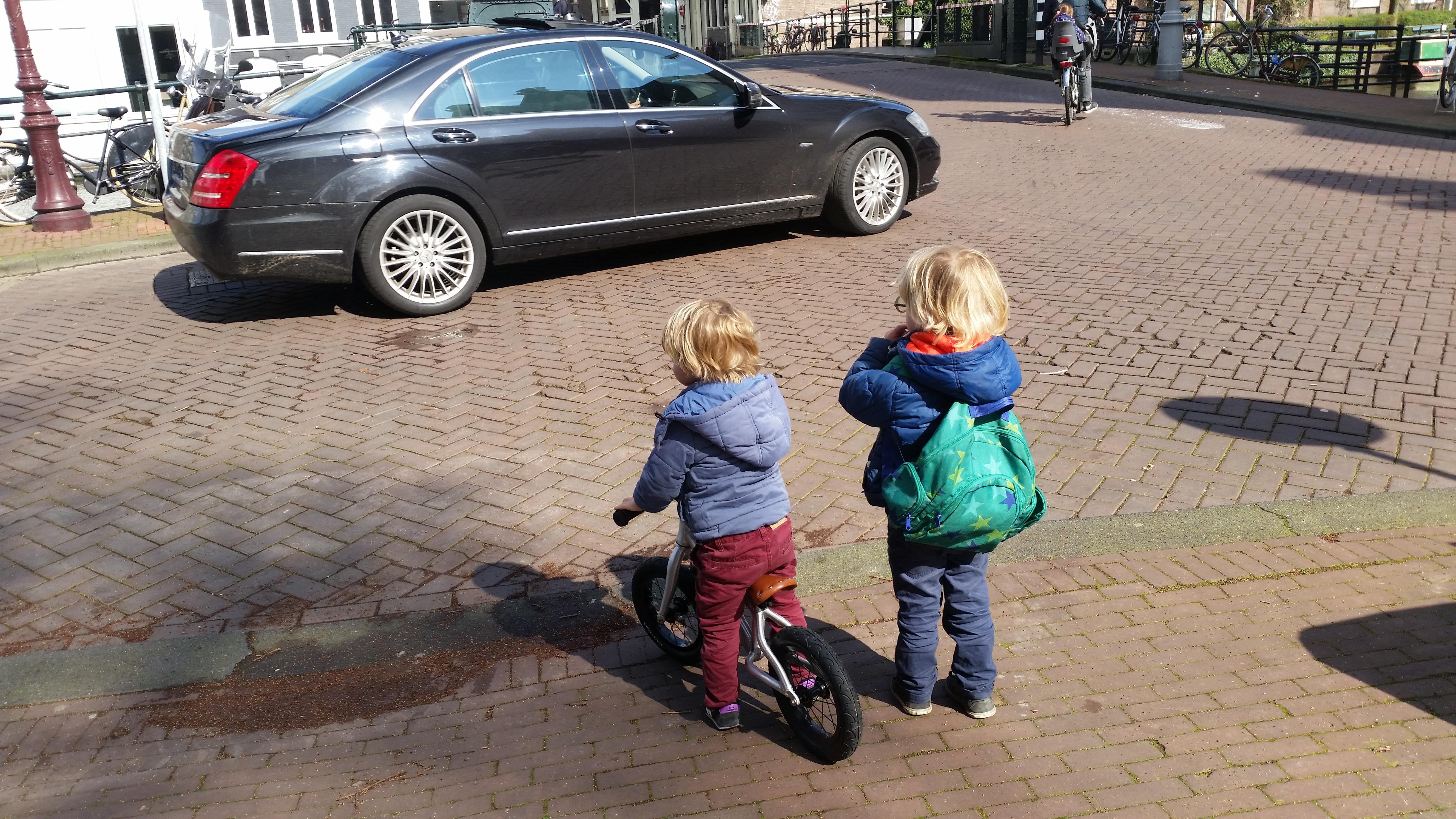4-16-fiets-kinderwagen-onderweg-veilig-tips-tricks-ervaring-handig-jongens-meisjes-nanny-moeder-opvoeding-fietshelm-water-oversteken-stad-amsterdam-weg