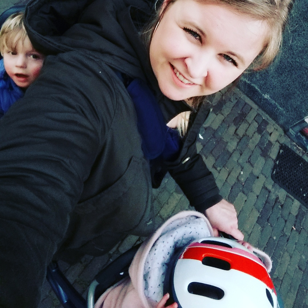 4-16-fiets-kinderwagen-onderweg-veilig-tips-tricks-ervaring-handig-jongens-meisjes-nanny-moeder-opvoeding-fietshelm