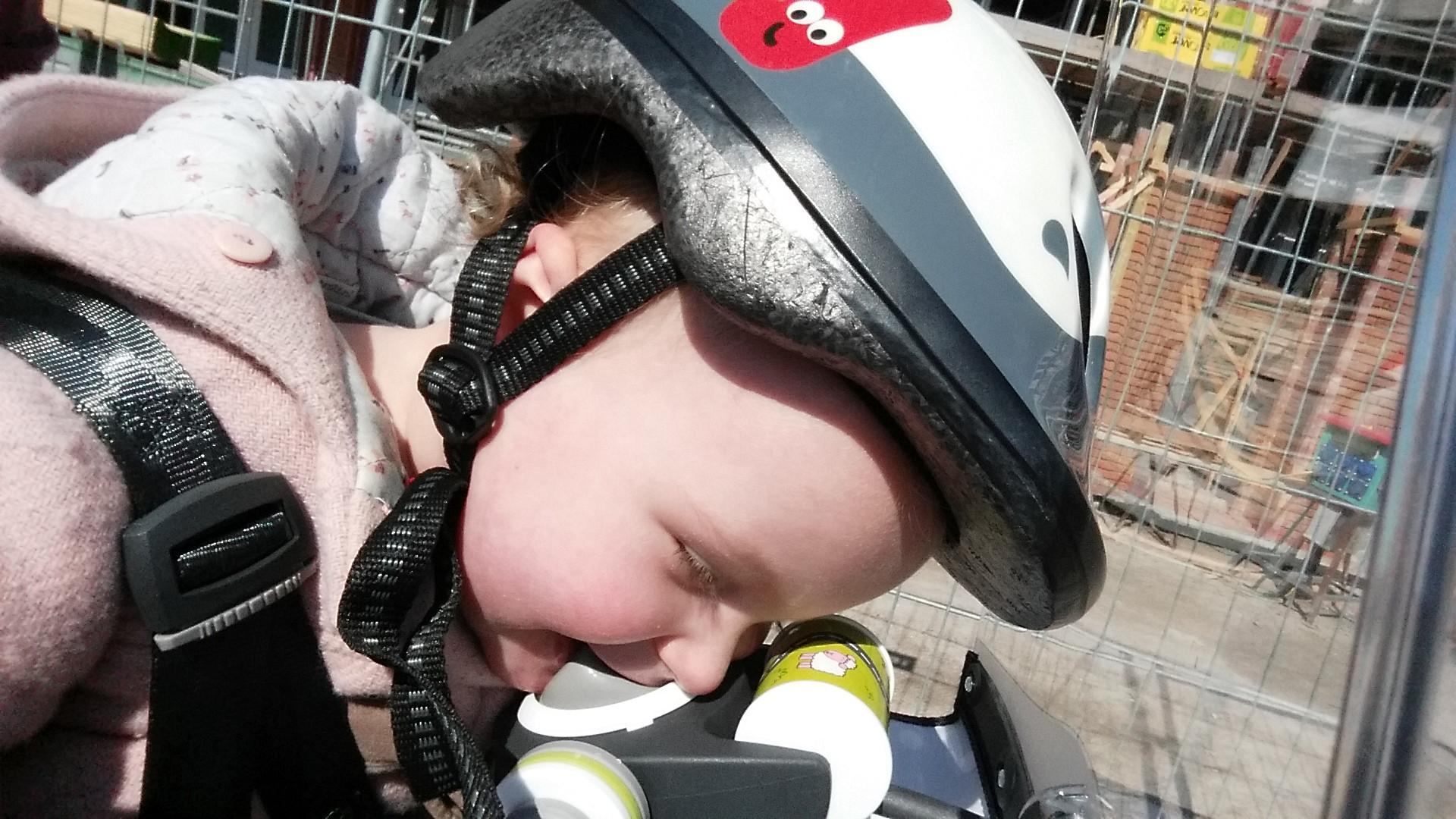 4-16-qibbel-fiets-fietszitje-voor-voorzitje-baby-13-kilo-kilogram-baby-zes-maanden-op-de-fiets-ervaring-review-bijten