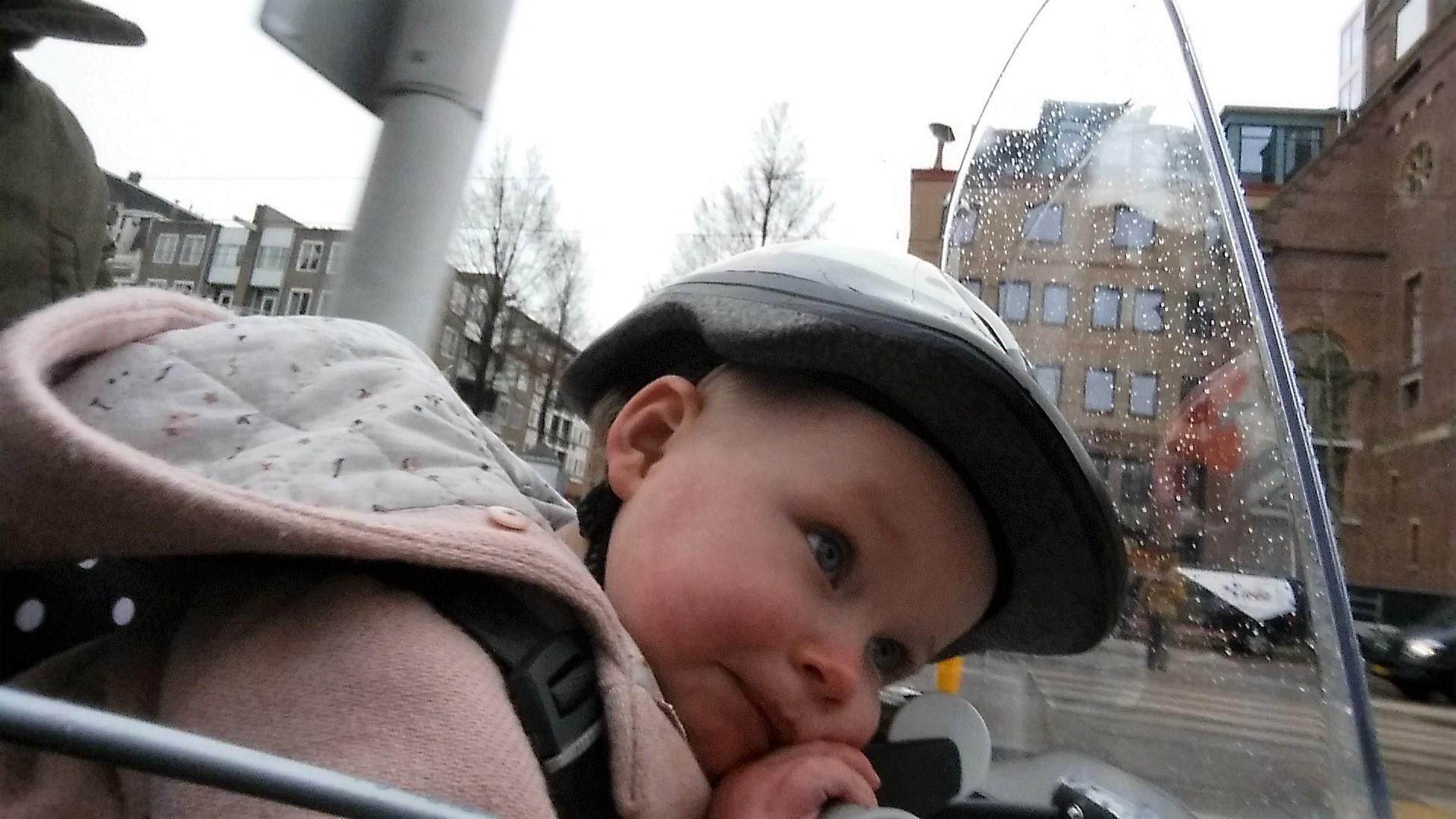 4-16-qibbel-fiets-fietszitje-voor-voorzitje-baby-13-kilo-kilogram-baby-zes-maanden-op-de-fiets-ervaring-review-liggen