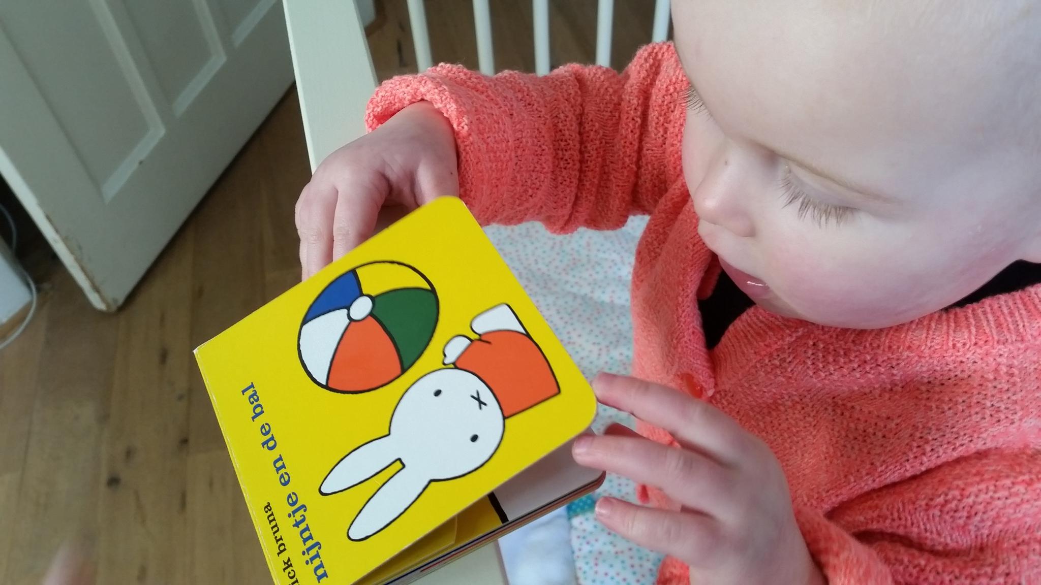 1-16-mercis-boekje-nijntje-en-de-bal-baby-dreumes-peuter-klein-boekje-cadeau-baby-dreumes-leuk-nanny-moeder-annelon-blog-