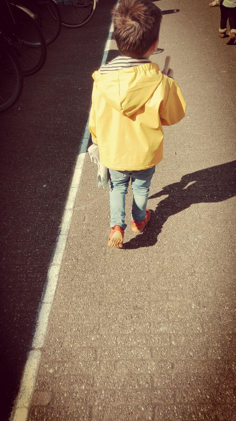5-16-naturino-schoenen-kleuter-sneakers-oranje-klittenband-goed--mooi-nanny-moeder-amsterdam-blog-review-lopen