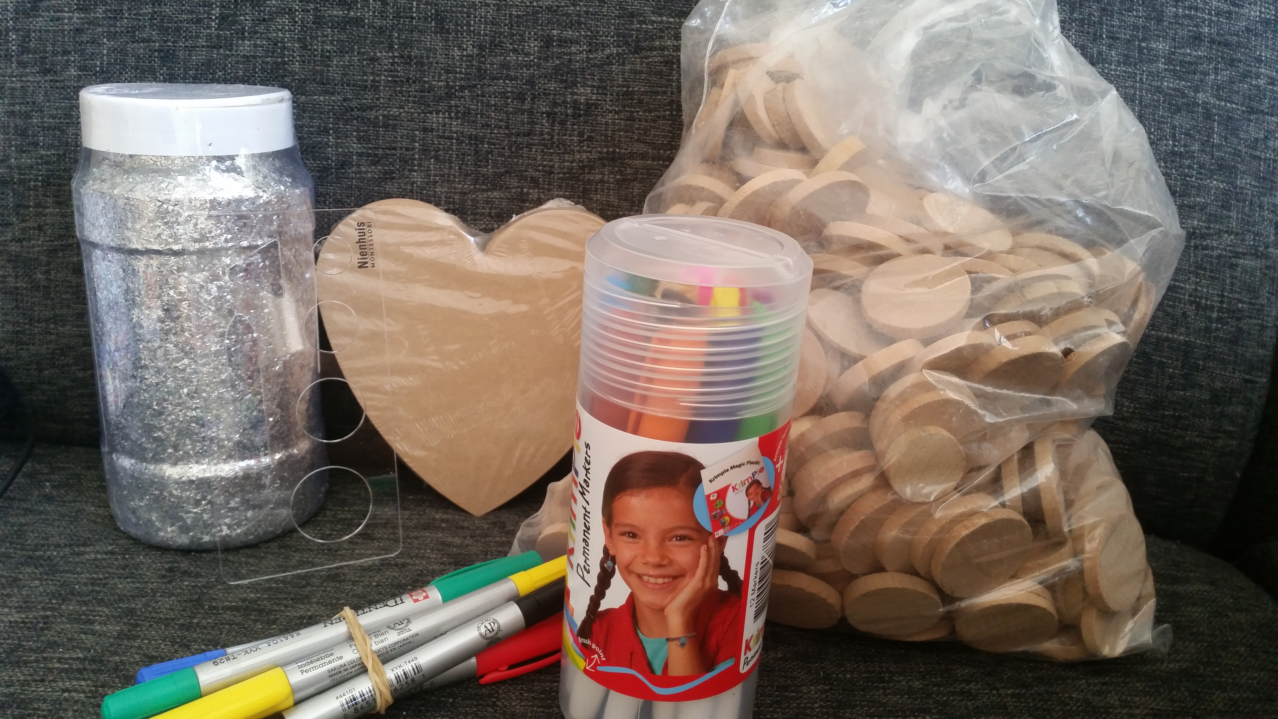 6-16-heutink-flessen-flacon-verf-mooi-kleuren-groothandel-particulieren-particulier-tip-gastouders-nanny-amsterdam-toy-color-uitwasbaar-textielverf-glitters-glas-cirkel-sjabloon-hart-hout