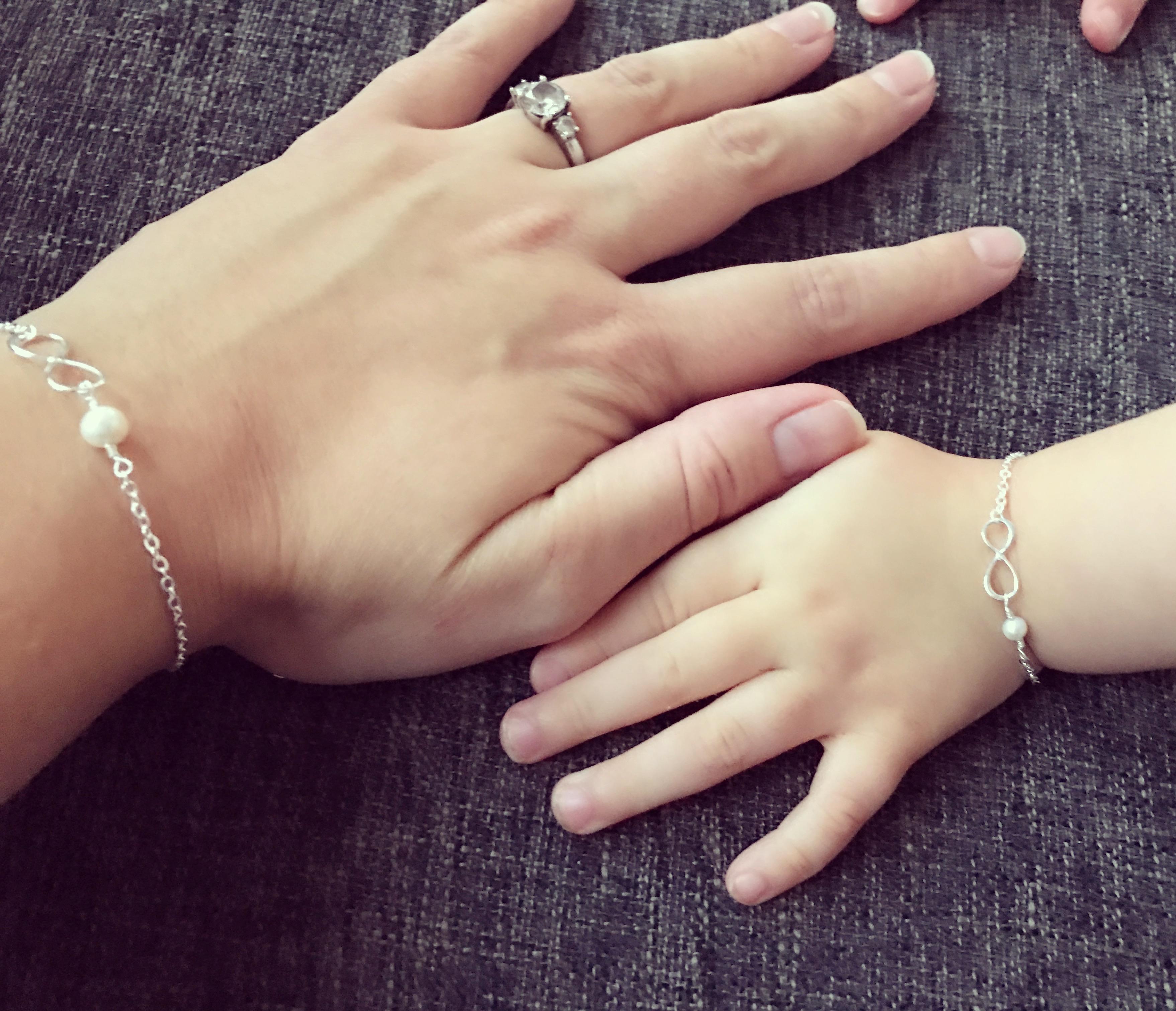 10-16-kaya-sieraad-sieraden-moeder-dochter-armband-infinity-teken-symbool-mooi-kraamcadeau-origineel-geconcentreerd-peuter-samen