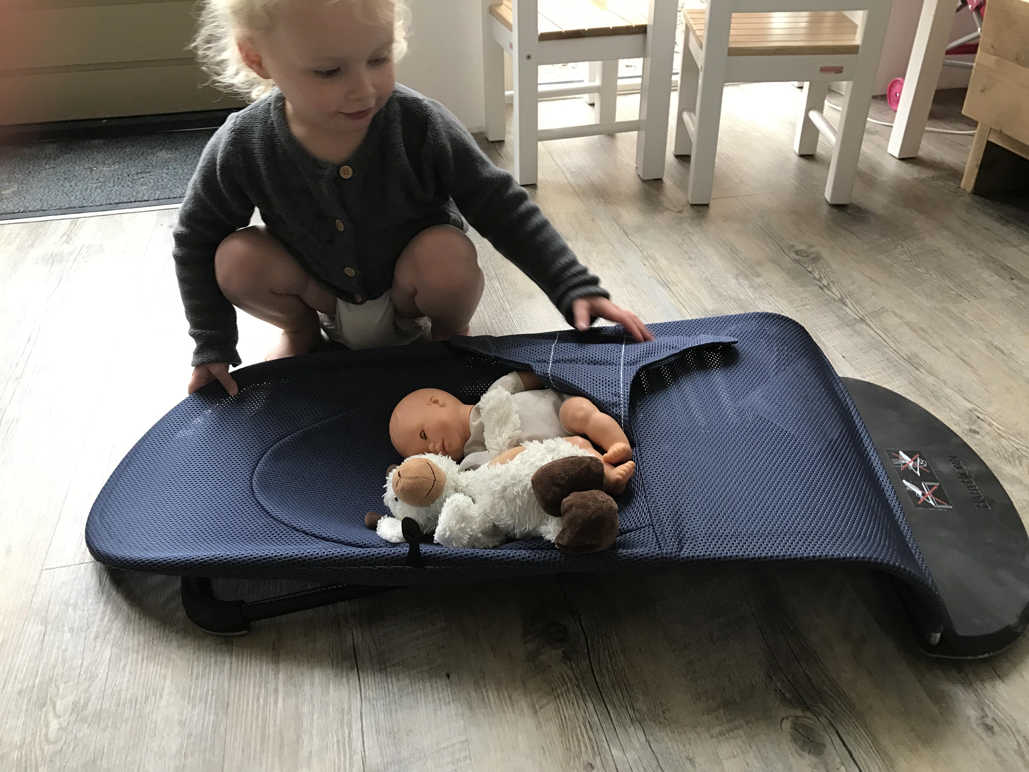 10-17-baby-bjorn-wipstoel-wipstoeltje-ergonomisch-verantwoord-rug-nek-zelf-schommelen-natuurlijk-baby-kind-newborn-twee-jaar-nanny-mama-moeder-blog-tip-ervaring-review-plat