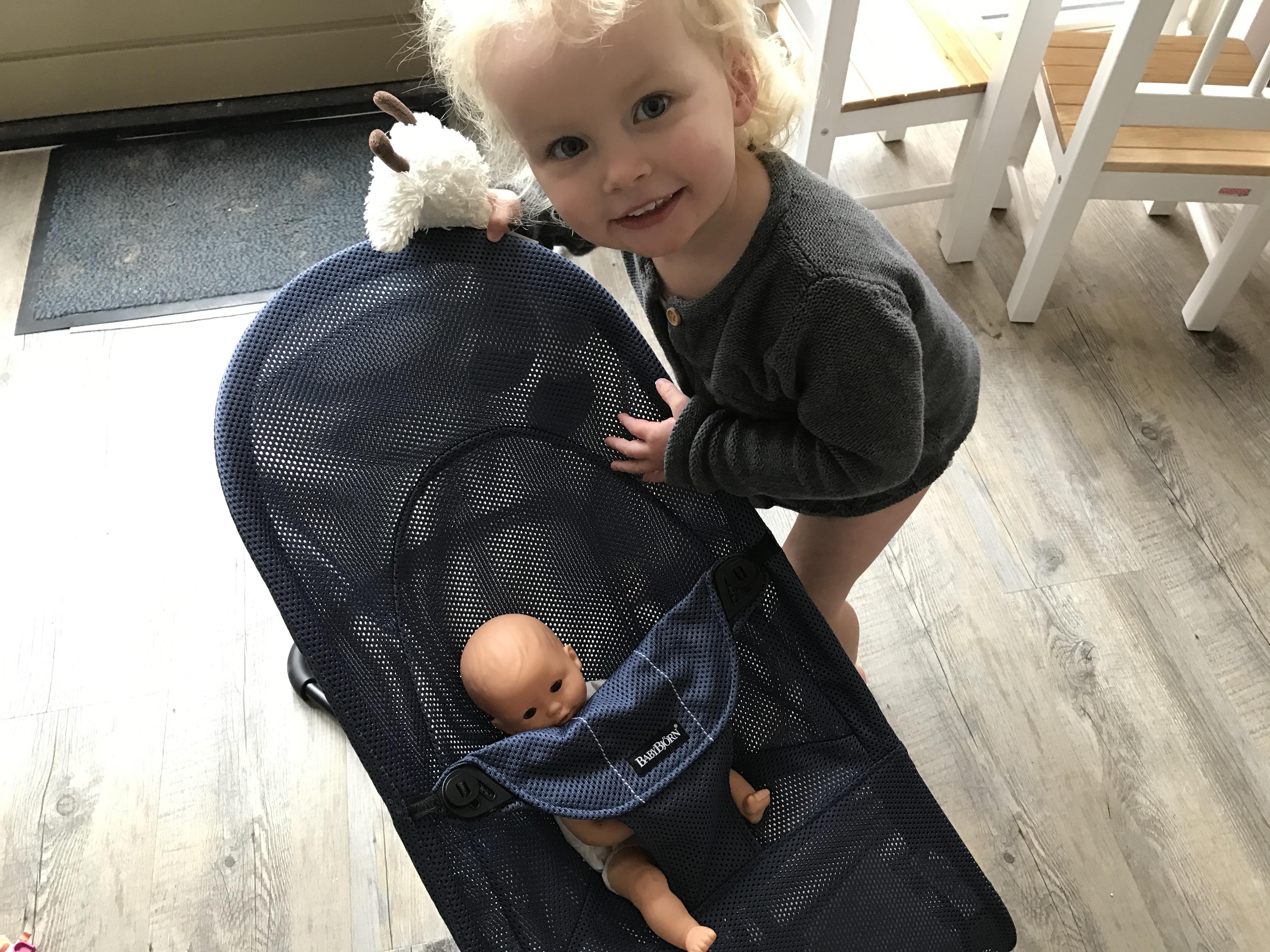 10-17-baby-bjorn-wipstoel-wipstoeltje-ergonomisch-verantwoord-rug-nek-zelf-schommelen-natuurlijk-baby-kind-newborn-twee-jaar-nanny-mama-moeder-blog-tip-ervaring-review-pop