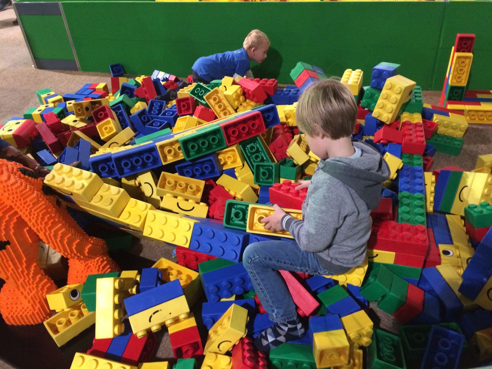 11-17-legoworld-legoland-lego-beurs-vaders-moeders-jongens-bouwen-evenement-vakantie-jaarbeurs-kinderen-activiteit-familie-nanny-moeder-amsterdam-grote-blokken