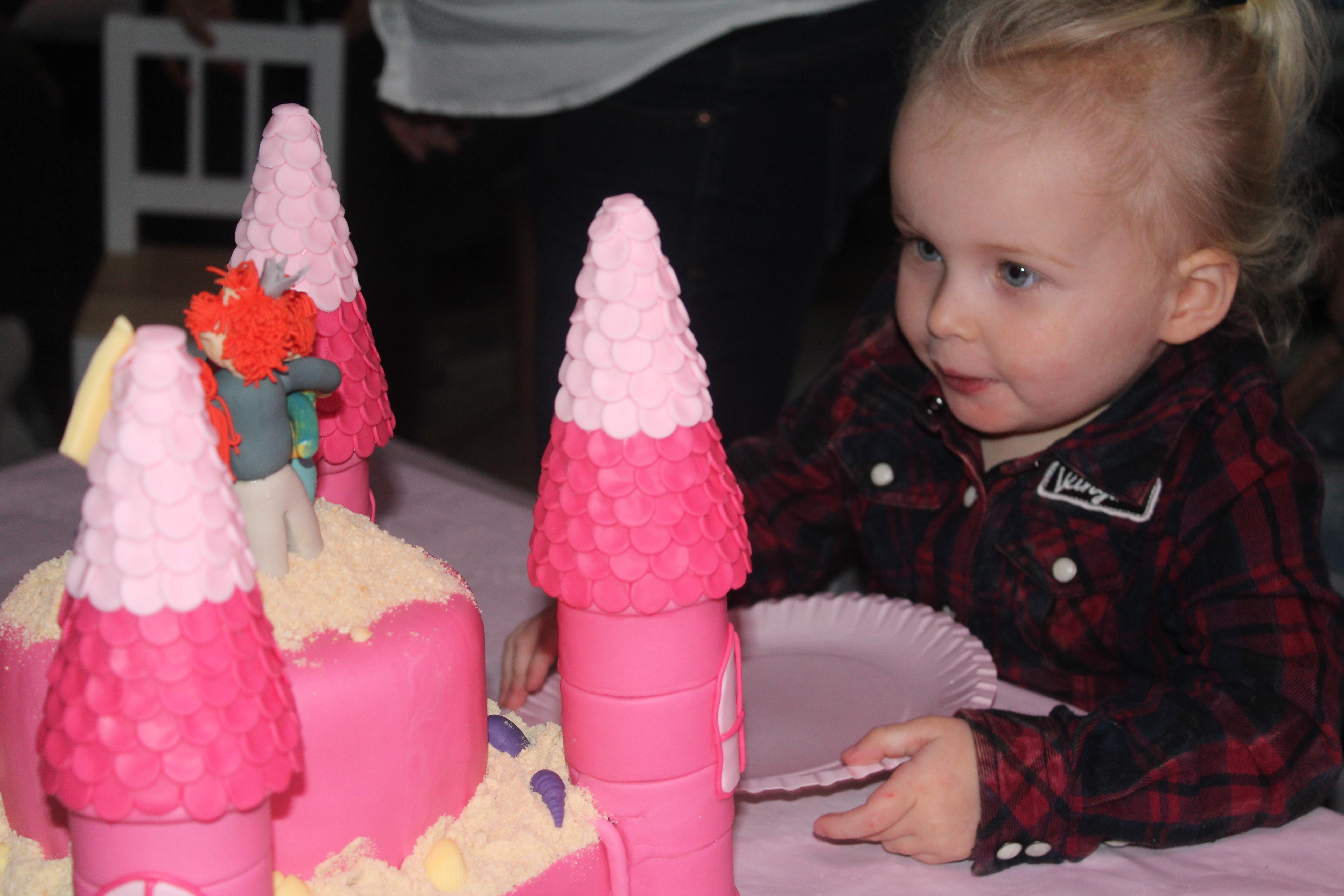 12-16-taart-zandkasteel-nola-2-jaar-verjaardag-verjaardagstaart-baby-meisje-kind-roze-thema-zand-dag-bestellen-balonnen-helium-nanny-moeder-amsterdam-diemen-eten