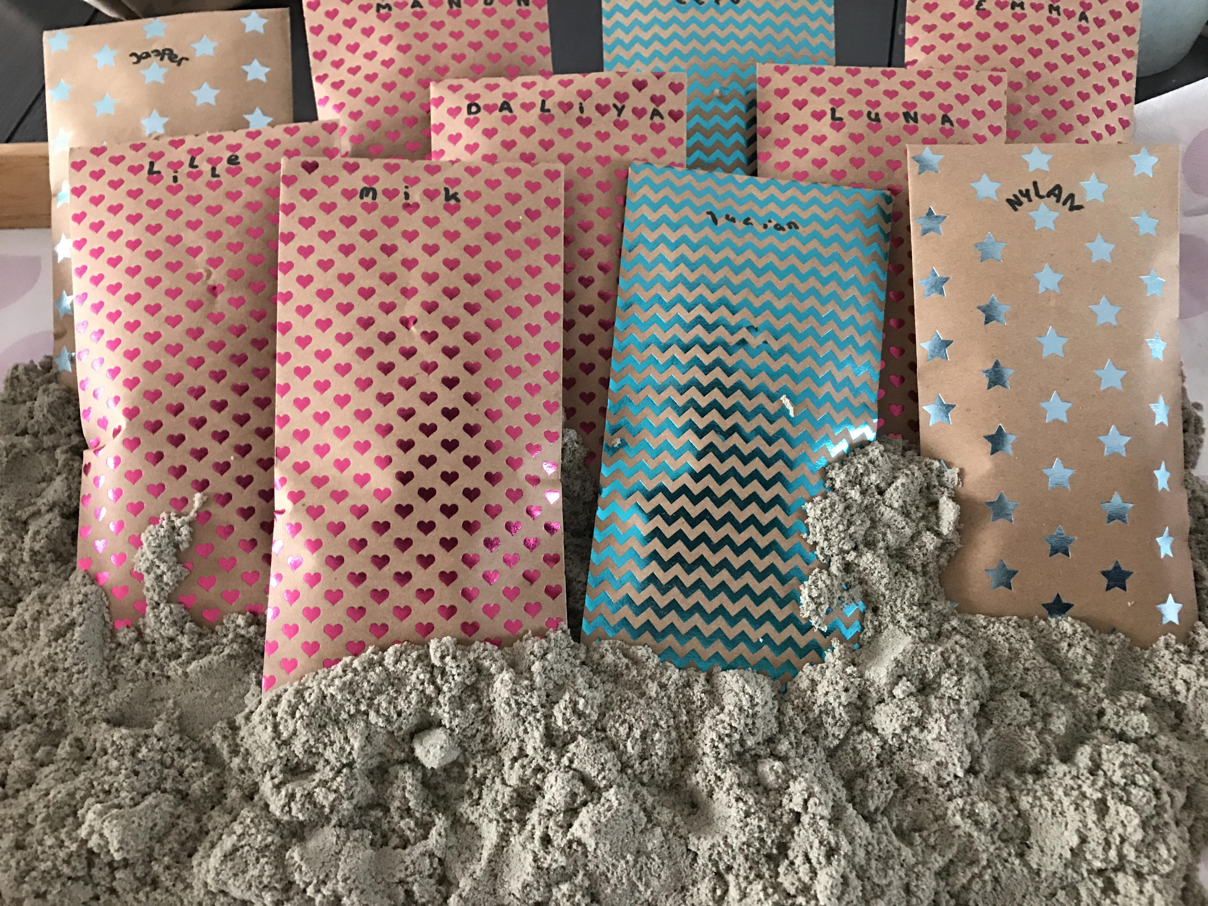 12-16-taart-zandkasteel-nola-2-jaar-verjaardag-verjaardagstaart-baby-meisje-kind-roze-thema-zand-dag-bestellen-balonnen-helium-nanny-moeder-amsterdam-diemen-slinger-hema-zakjes