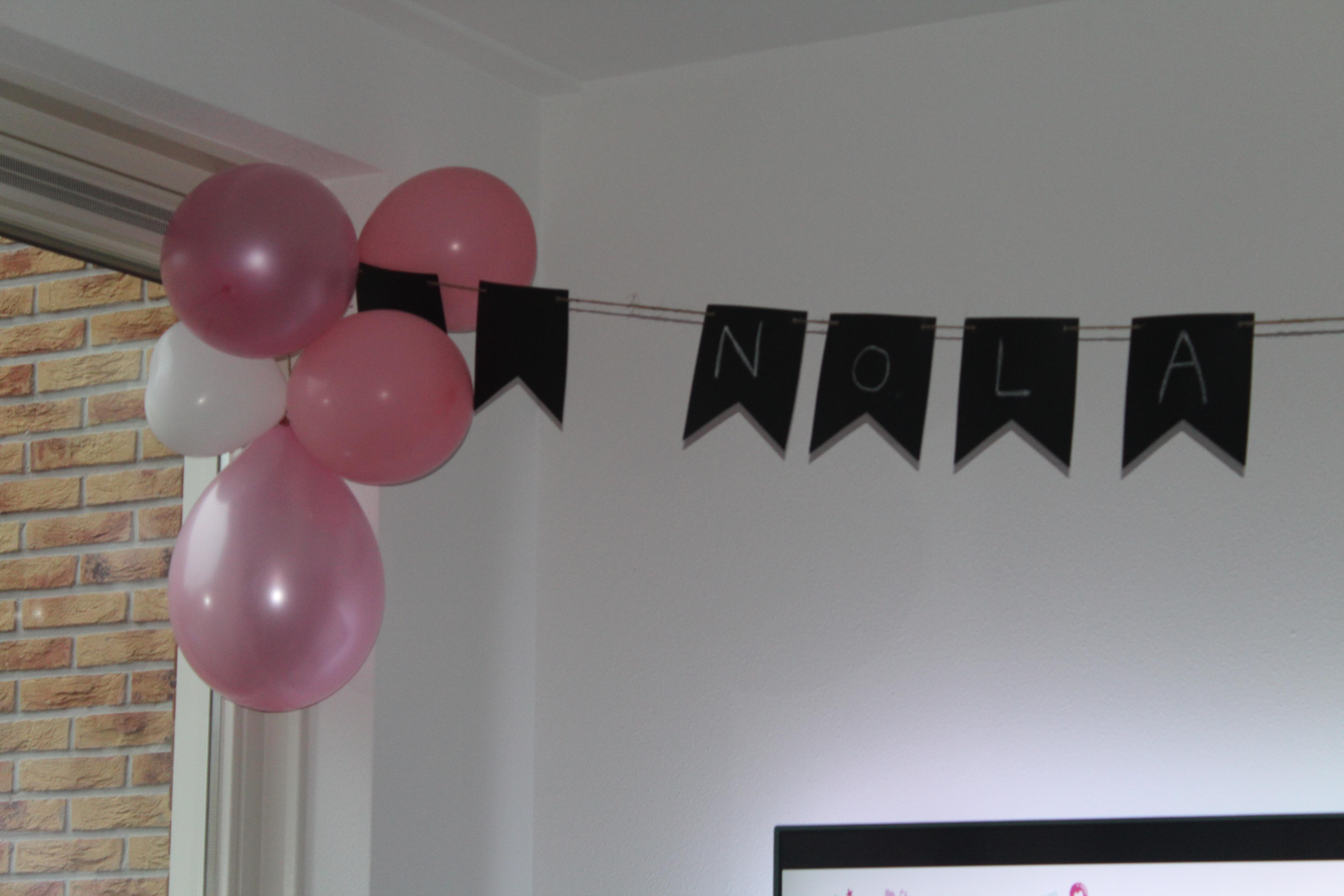 12-16-taart-zandkasteel-nola-2-jaar-verjaardag-verjaardagstaart-baby-meisje-kind-roze-thema-zand-dag-bestellen-balonnen-helium-nanny-moeder-amsterdam-diemen-slinger-hema