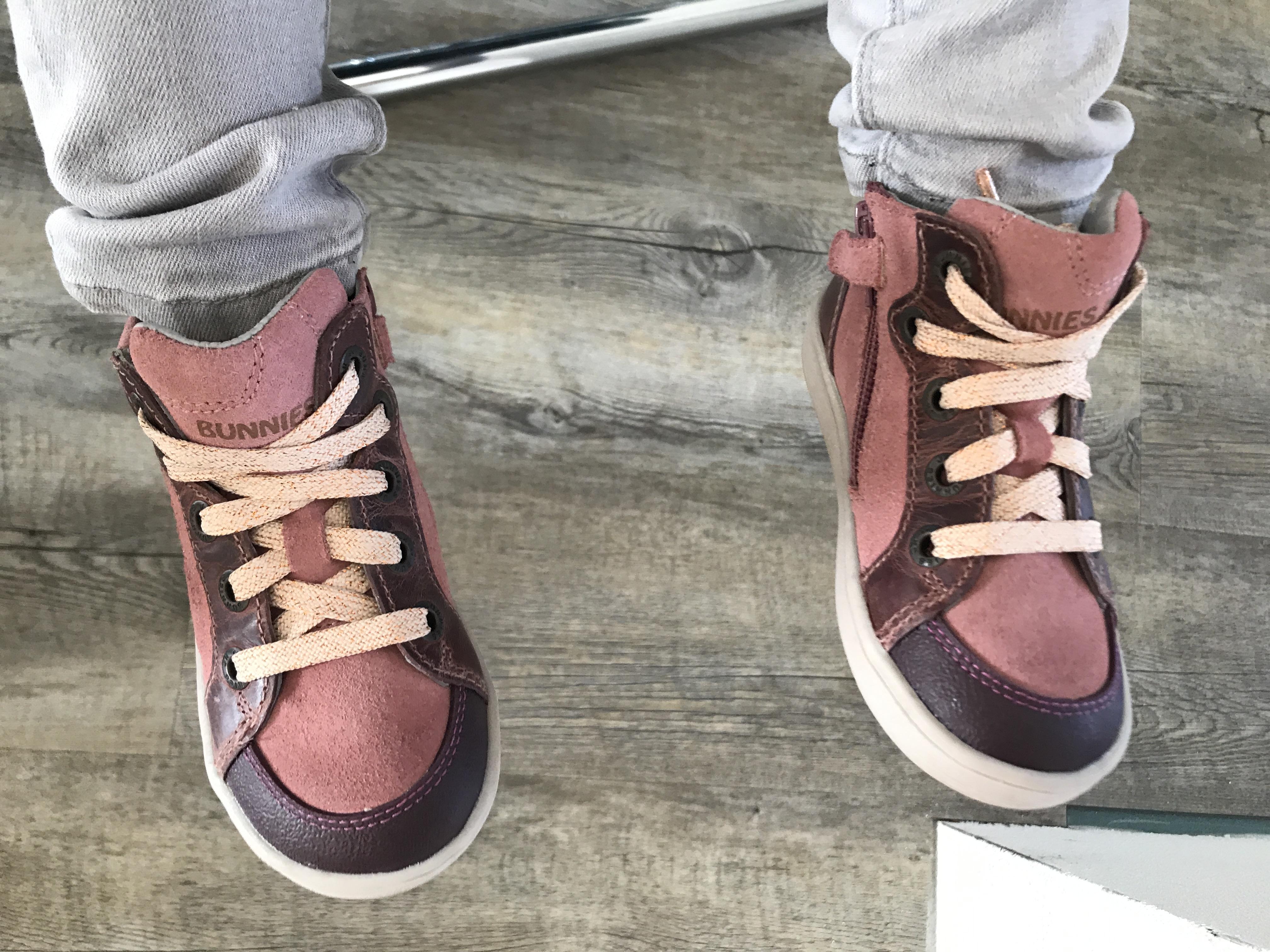 7d851e4bc04 De schoenen hebben veters, maar deze kan je gelukkig gestrikt raken, want  deze heeft ook een rits. Om de schoenen aan of uit te doen hoef je dus  alleen maar ...